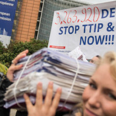 Demonstrators hand over 3 263 920 signatures to the EU Commission in Brussels, 7 Oktober 2015. Foto: Alex GD / Collectif Krasnyi